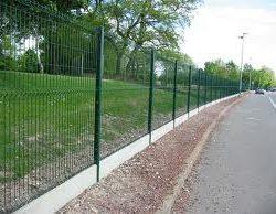 Dalle de soubassement pour clôture rigide
